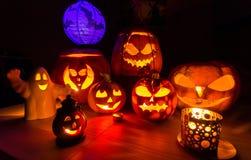 Halloween-Kürbise - Symbole von Halloween, düstere Landschaft Stockfoto