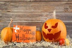 Halloween-Kürbise und orange Papier lizenzfreie stockbilder