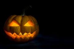 Halloween-Kürbiskopfsteckfassung in der Dunkelheitsnacht Stockbilder