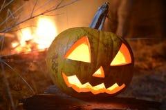 Halloween-Kürbiskopfsteckfassung mit Feuer auf dem Hintergrund Stockbild