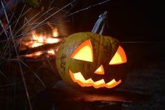 Halloween-Kürbiskopfsteckfassung mit Feuer auf dem Hintergrund lizenzfreies stockfoto