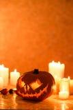 Halloween-Kürbislaterne und -kerzen Stockfoto