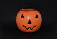 Halloween-Kürbissüßigkeitseimer für die Trick-oder-Behandlung stockbilder