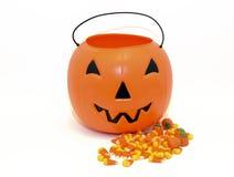 Halloween-Kürbissüßigkeitseimer für die Trick-oder-Behandlung lizenzfreies stockbild
