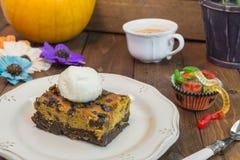 Halloween-Kürbisschokoladenkuchen Lizenzfreie Stockbilder