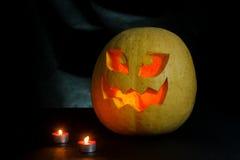 Halloween - Kürbissteckfassung-olaterne auf schwarzem Hintergrund Lizenzfreies Stockfoto