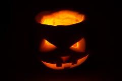 Halloween-Kürbissteckfassungslaterne auf Dunkelheit Lizenzfreies Stockfoto