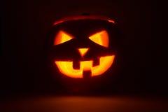 Halloween-Kürbissteckfassungslaterne auf Dunkelheit Lizenzfreie Stockbilder
