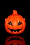Halloween-Kürbiswanne getrennt stockfotografie