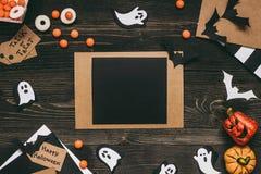 Halloween-kaart met Halloween-decoratie van kraftpapier-document wordt gemaakt dat Stock Afbeelding