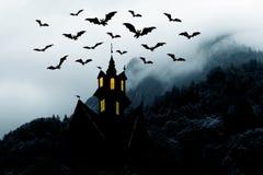 Halloween. Kasteel in bergen en knuppels stock illustratie