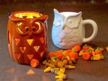 Halloween-Kerzen und -süßigkeit lizenzfreie stockbilder