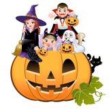 Halloween-Kinder, die Kostüm auf Kürbis tragen Stockfoto