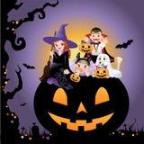 Halloween-Kinder, die Kostüm auf Kürbis tragen Stockfotografie