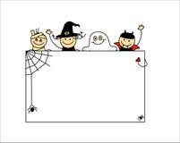 Halloween-Kinder unter weißem Brett Lizenzfreie Stockfotos