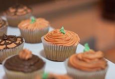 Halloween-kleine Kuchen geformt wie Kürbis stockbild