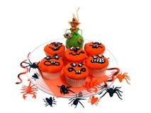 Halloween-kleine Kuchen mit Gummiprogrammfehlern u. Spinnen lizenzfreie stockbilder