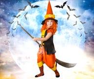 Halloween Kleines Mädchen im Kostümhexenfliegen auf einem Besen über dem Himmel lizenzfreie stockfotos