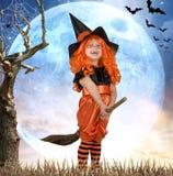 Halloween Kleines Mädchen im Kostümhexenfliegen auf einem Besen über dem Himmel stockfoto