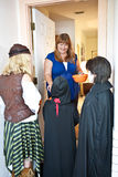 Halloween-Kobolde an der Tür stockfoto