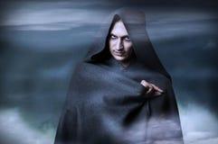 Halloween-Konzept. Art und Weiseportrait der männlichen Hexe Lizenzfreie Stockfotografie