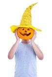 Halloween-Konzept - bemannen Sie die Abdeckung seines Gesichtes mit Kürbis Jack-O-La Stockbild