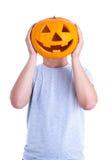 Halloween-Konzept - bemannen Sie die Abdeckung seines Gesichtes mit Kürbis Jack-O-La Stockfotografie
