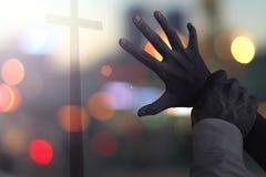 Halloween-Konzept: furchtsame Hände stoppen Leute vom Suchen nach dem Kreuz lizenzfreie stockfotografie