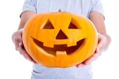 Halloween-Konzept - Kürbis Jack-O-Laterne in den männlichen Händen Lizenzfreie Stockbilder