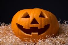 Halloween-Konzept - Kürbis Jack-O-Laterne mit glücklichem Gesicht Lizenzfreie Stockfotografie
