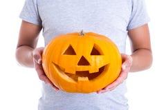 Halloween-Konzept - Mann, der Kürbis Jack-O-Laterne hält Stockfotografie