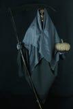 Halloween-Konzept und Hintergrund, Bote des Todes mit Kürbis in Halloween, Geist mit schwarzem Hintergrund Lizenzfreies Stockfoto