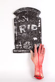 Halloween-Konzept, Zombiehand, die heraus vom Grund-isolat steigt Lizenzfreie Stockfotografie