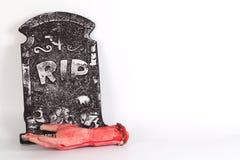 Halloween-Konzept, Zombiehand, die heraus vom Grund-isolat steigt Lizenzfreie Stockfotos