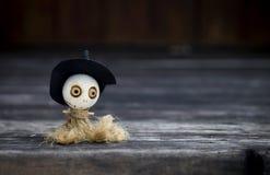 Halloween-Konzepthintergrund der hölzernen Hexenpuppe Stockfoto