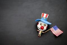 Halloween-Konzepthintergrund des hölzernen Geistes des lustigen Bozo mit amerikanischer Flagge Lizenzfreie Stockfotos