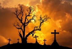 Halloween-Konzepthintergrund mit totem Baum des furchtsamen Schattenbildes und gespenstischen Schattenbildkreuzen Lizenzfreies Stockbild