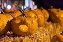 Halloween-Kürbise nachts auf Heuballen Lizenzfreie Stockfotos