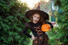 Halloween La ragazza di 7-8 anni rappresenta il mago astuto Fotografia Stock