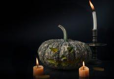 Halloween-lantaarn van de pompoen de hoofdhefboom op donkere toon Royalty-vrije Stock Foto's