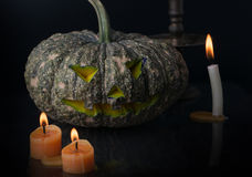 Halloween-lantaarn van de pompoen de hoofdhefboom op donkere toon Stock Foto's