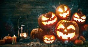 Halloween-lantaarn van de pompoen de hoofdhefboom met het branden van kaarsen stock foto's