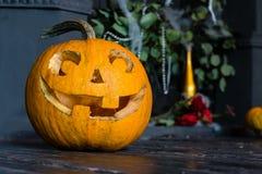 Halloween-lantaarn van de pompoen de hoofdhefboom op donkere houten achtergrond, c Stock Fotografie