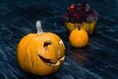 Halloween-lantaarn van de pompoen de hoofdhefboom op donkere houten achtergrond C Stock Foto's