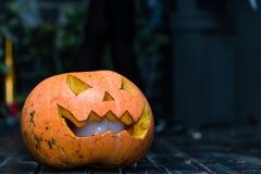 Halloween-lantaarn van de pompoen de hoofdhefboom op donkere houten achtergrond C Stock Afbeeldingen