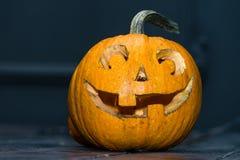Halloween-lantaarn van de pompoen de hoofdhefboom op donkere houten achtergrond C Royalty-vrije Stock Fotografie