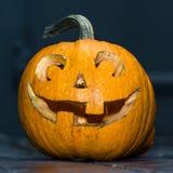 Halloween-lantaarn van de pompoen de hoofdhefboom op donkere houten achtergrond, c Royalty-vrije Stock Foto's