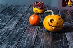 Halloween-lantaarn van de pompoen de hoofdhefboom op donkere houten wi als achtergrond Stock Foto's