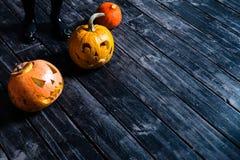 Halloween-lantaarn van de pompoen de hoofdhefboom op donkere houten wi als achtergrond Stock Foto