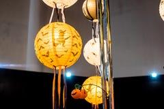 Halloween, lanterne di carta arancio Immagini Stock